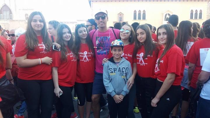 Τα κορίτσια των ακαδημιών του ΑΟ Κολοσσός με τον προπονητή τους, Στάθη Βλαχοδήμο.