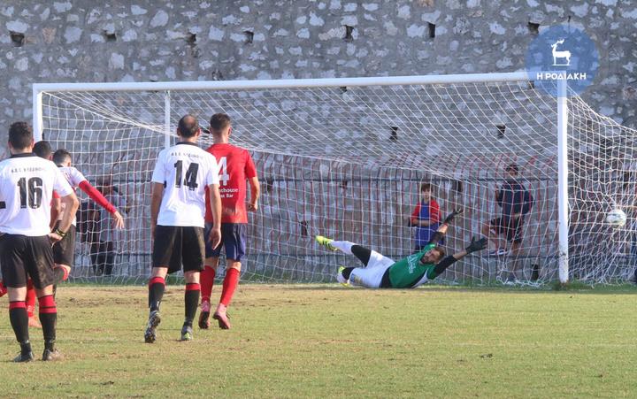 Η μπάλα θα καταλήξει στα δίχτυα για το 1-0, μετά από εύστοχο χτύπημα πέναλτι του Κώστα Καλημέρη                                                    (ΦΩΤΟ ΒΙΚΤΩΡ)
