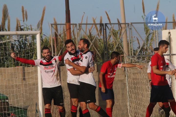 Ο Κώστας Πελέκης (δεξιά) σημείωσε το 2-0, και δέχεται τα συγχαρητήρια των συμπαικτών του            (ΦΩΤΟ ΒΙΚΤΩΡ)