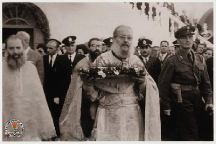Ο παπα-Κυριάκος Μανέττας, ιατρός ψυχών και σωμάτων,με το κασελάκι των οστών   του πολιούχου.