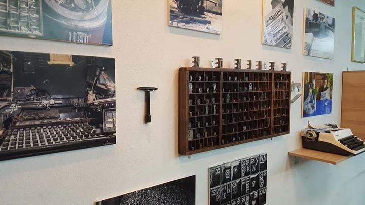 Δίπλα στις φωτογραφίες της λινοτυπικής μηχανής, το ειδικό κλειδί που «έδενε» και «έλυνε» τις μεταλλικές σελίδες, πριν να τοποθετηθούν στο επίπεδο πιεστήριο.