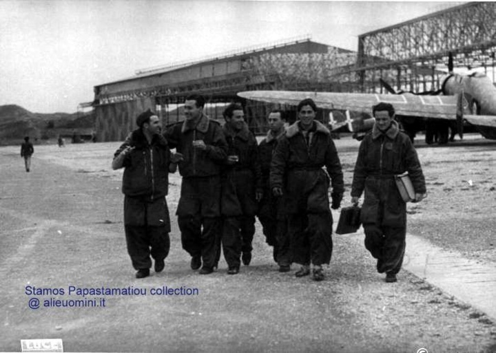 Ιταλοί πιλότοι και πίσω δύο από τα μεγάλα hangars του αεροδρομίου Μαριτσών