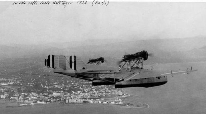 Υδροπλάνα τακτικών συγκοινωνιών  πάνω από την πόλη (luglio 1934)