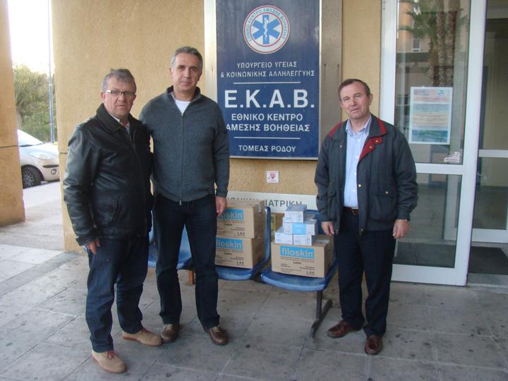 Ο πρόεδρος της αδελφότητας κ. Χάρης Παπαγεωργίου και το μέλος κ.Παναγιώτης Τσόδουλος με τον συντονιστή του ΕΚΑΒ περιφέρειας Ν.Αιγαίου  κ. Χαράλαμπο  Τσιμπλέκα