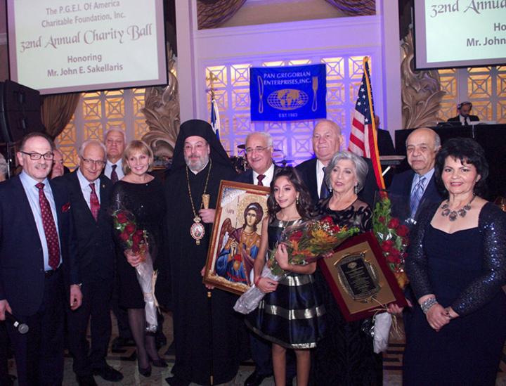 Ο Μητροπολίτης New Jersey Ευάγγελος Κουρούνης απονέμει την εικόνα του Αρχαγγέλου Μιχαήλ Γιάννη Σακελλάρη