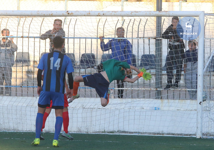Με ψηλοκρεμαστό σουτ ο Λάμπρος Καρύδης (δε διακρίνεται) από μακριά σημείωσε το 2-0                                                           (ΦΩΤΟ ΒΙΚΤΩΡ)