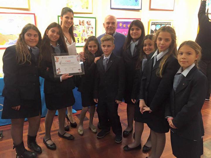 Από την βράβευση των παιδιών του Ροδίων Παιδεία.  Το σχολείο πήρε το πρώτο βραβείο στην κατηγορία «Παραμύθι»  στο οποίο πρωταγωνιστής ήταν ένα μικρό προσφυγόπουλο που έφυγε  από τη χώρα του αφήνοντας πίσω του ότι αγαπούσε.