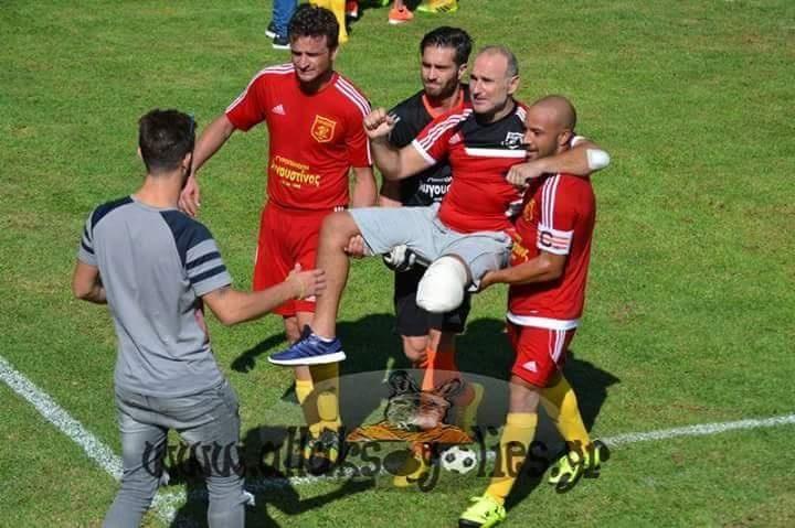 Στα χέρια των  ποδοσφαιριστών της  ομάδας του Ιάλυσου, την πρώτη φορά που  ξαναμπήκε στο γήπεδο αμέσως μετά το  νοσοκομείο