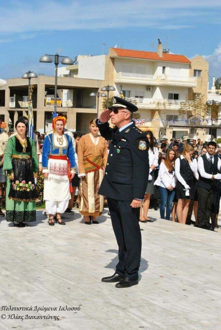 Ο Αστυνομικός Υποδιευθυντής και   διοικητής του Α.Τ. Ιαλυσού «χαιρετά»   τους ήρωες στο μνημείο στην Ιαλυσό εκ μέρους της ΕΛ.ΑΣ.