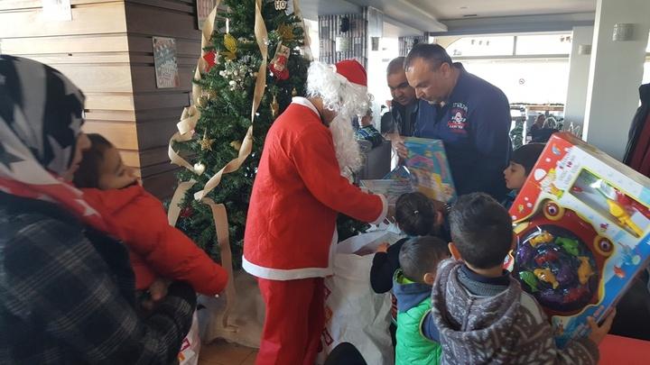 Χαμόγελα, δώρα και ευχές μοίρασε ο... Άγιος Βασίλης των ταξιτζήδων της Ρόδου στα μικρά προσφυγόπουλα
