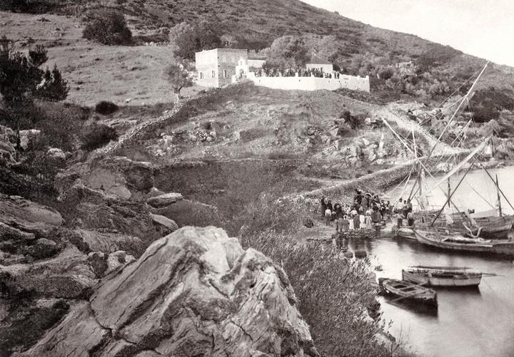 Η Παναγία η Καμαριανή με τα άλλα κτίσματα  και τους προσκυνητές γύρω στο 1900