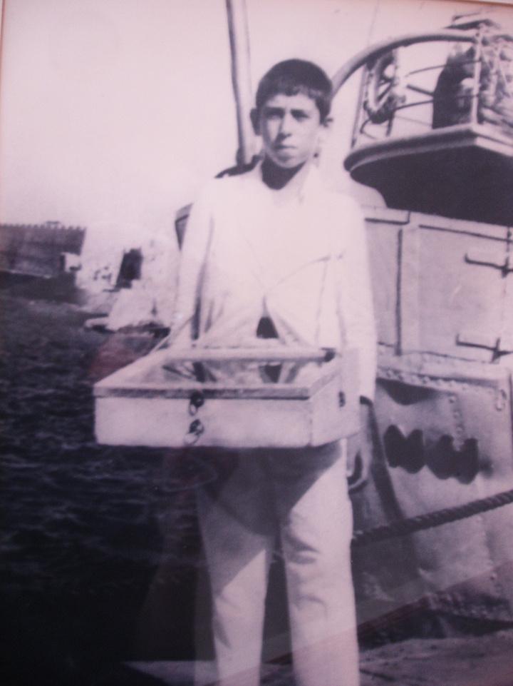 Ο Γιώργος Σπανός, σε ηλικία 10 ετών. Κανείς – εκτός από τον ίδιο ίσως- δεν θα μπορούσε να φανταστεί ότι το παιδί με το κασελάκι που μοίραζε πασατέμπο και γλυκά στα λιμάνια και στους κινηματογράφους, θα γίνονταν μια μέρα πλοιοκτήτης.