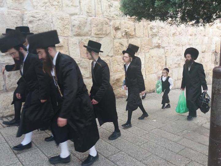 Οι Ραβίνοι πηγαίνοντας στο τείχος των Δακρύων