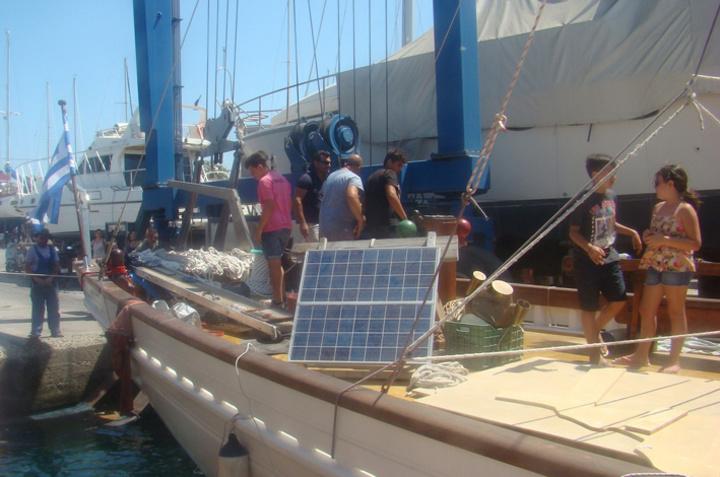 Παιδιά  και εγγόνια  του αείμνηστου Στέργου  Σαββάκη,  καμαρώνουν επί του  σκάφους,  λίγα μόλις λεπτά μετά την καθέλκυσή του  στα ροδίτικα νερά