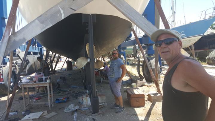 Τα παιδιά του Στέργου Σαββάκη, Γιάννης και Μιχάλης, στέκουν υπερήφανα για τον τελευταίο έλεγχο,  πριν η καρίνα του σκάφους να ακουμπήσει στη θάλασσα