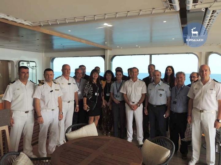Αναμνηστική  φωτογραφία των τοπικών αρχών και φορέων με  τον καπετάνιο του κρουαζιερόπλοιου