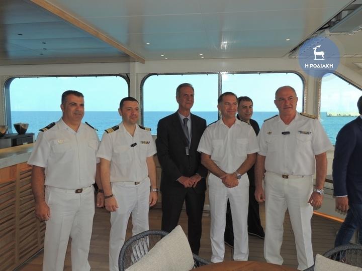 Απο αριστερά ο Ανθυποπλοίαρχος κ. Δημήτρης Συκιανάκης, ο Λιμενάρχης κ. Σπύρος Τάτης, ο ναυτικός πράκτορας κ. Τσαμπίκος Χατζημιχάλης, ο καπετάνιος του κρουαζιεροπλοίου κ. David Marionneau, ο διοικητής της 8ης Περιφερειακής Διοίκησης του Λιμενικού Σώματος κ. Ιωάννης Αργυράκης