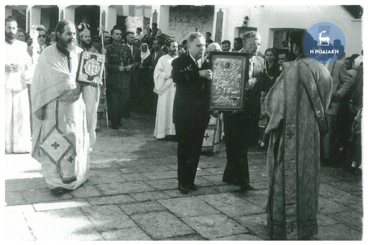 Ο Δήμαρχος Ροδίων, Μιχαήλ Πετρίδης τη δεκαετία του 1950, κρατά την εικόνα του Ταξιάρχη στον Πανορμίτη της Σύμης. Αριστερά ο αείμνηστος Παπακυριάκος Μανέτας κρατάει το Ευαγγέλιο...