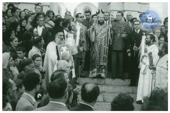Δεκαετία του 1950, η γιορτή του Ταξιάρχη στον Πανορμίτη της Σύμης, χοροσταντούντος του Μητροπολίτη Ρόδου Σπυρίδωνα