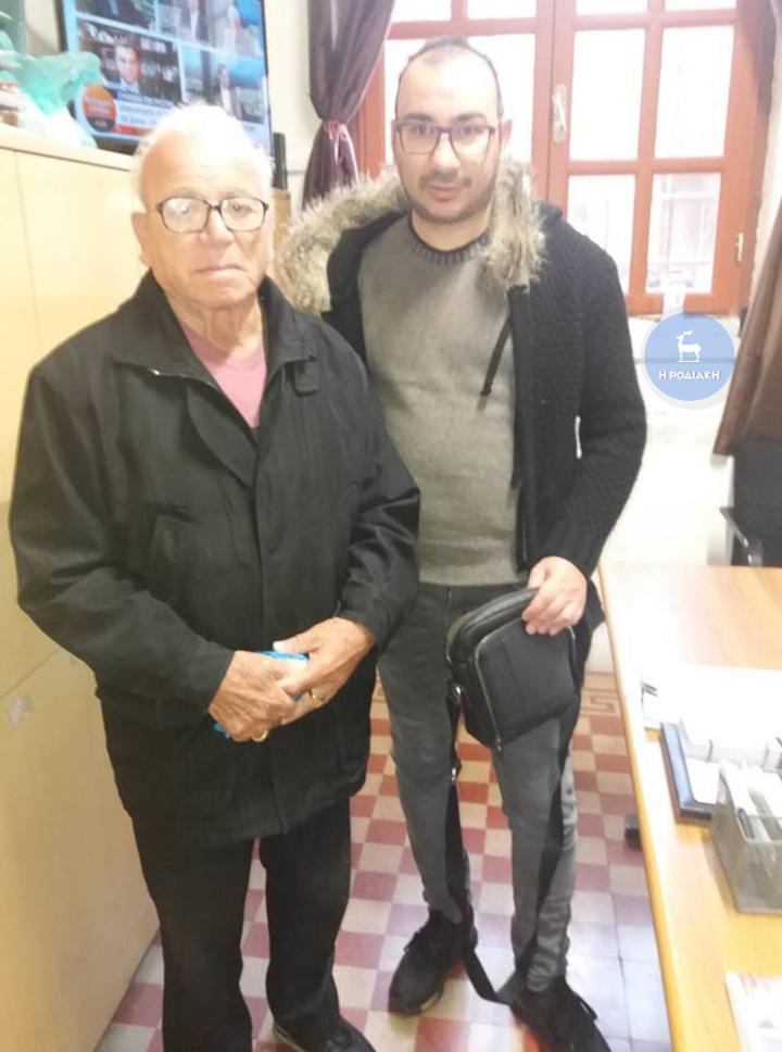 Ο κος Καρυώτης με τον Τάσο Μαργαρίτη που του παρέδωσε το τσαντάκι του με τα 4.250 ευρώ