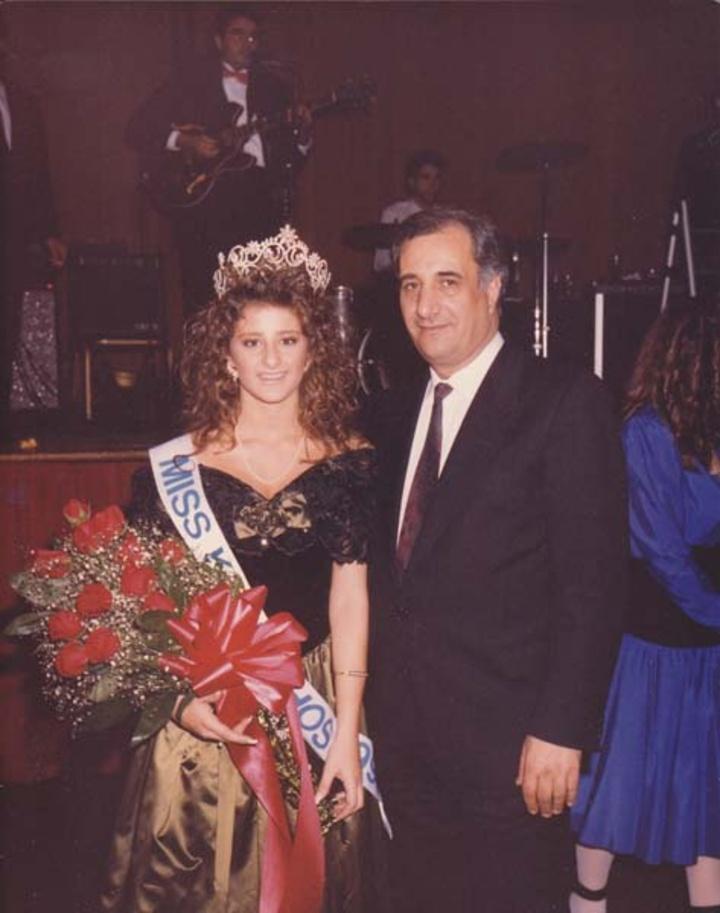 Ο Γιάννης Σακελλάρης, πρόεδρος της Καρπαθιακής Ομοσπονδίας, με τη Miss Karpathos Ζαχαρούλα Πρωτοψάλτη.