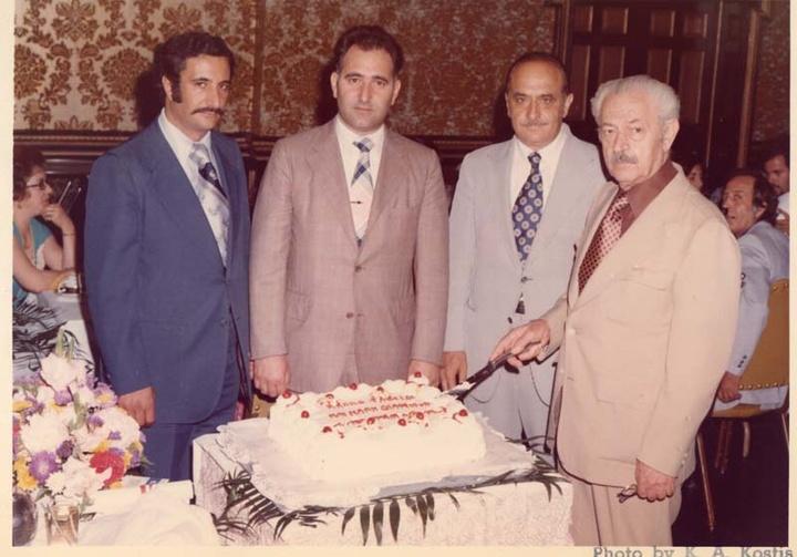 Ο Γιάννης Σακελλάρης (αριστερά), πρόεδρος των Αγίων Αναργύρων, στην τιμητική εκδήλωση του πρώην προέδρου της Καρπαθιακής Ομοσπονδίας Νικολάου Λαδή.