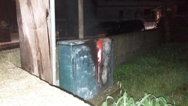 """""""Λαμπάδιασε"""" κουτί του δημοτικού φωτισμού"""