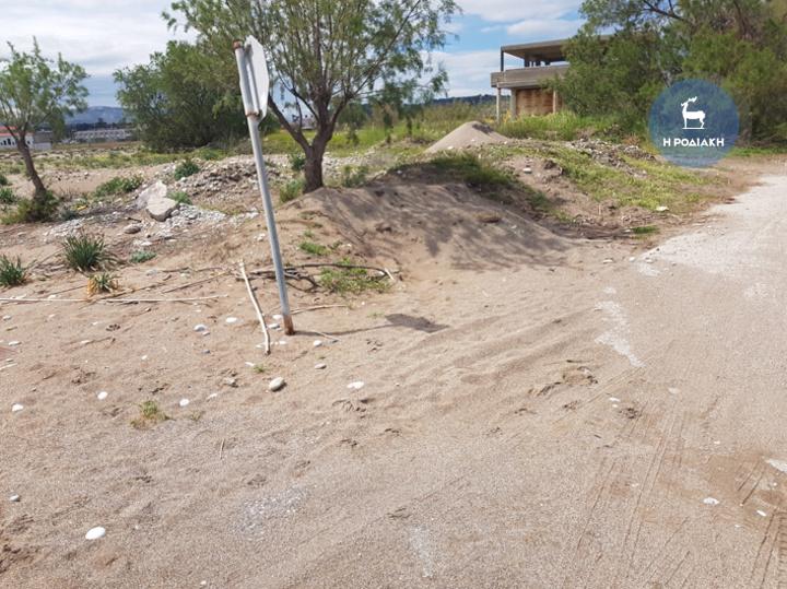 Η άμμος της παραλίας έχει φθάσει μέχρι την απέναντι μεριά του δρόμου, λίγες μέρες αφότου η σεζόν έχει ξεκινήσει