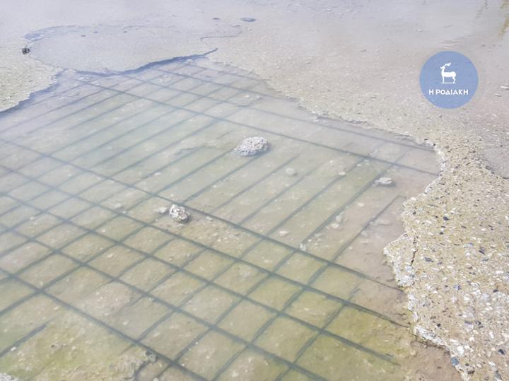 Μέχρι και τα σίδερα του οδοστρώματος έχουν φανεί εξαιτίας των νερών που λιμνάζουν εδώ και χρόνια
