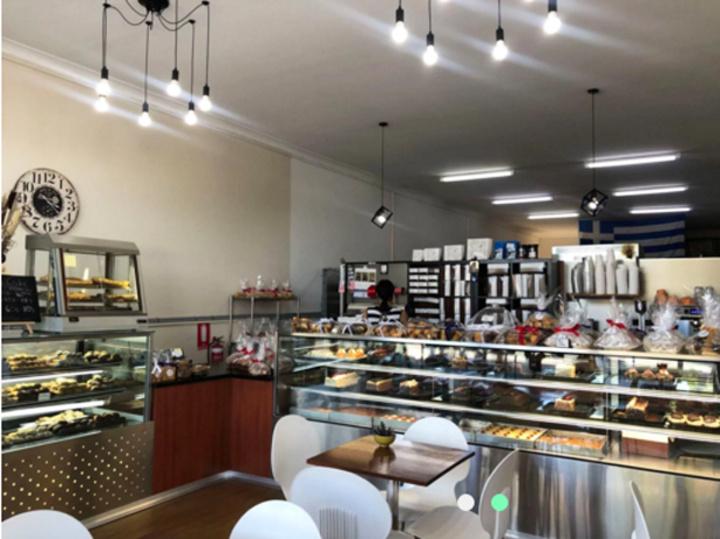 Άποψη του εσωτερικού του ζαχαροπλαστείου με τραπέζια για όσους θέλουν να απολαύσουν εκεί τον καφέ τους