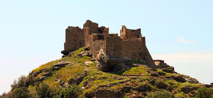 Ανεβαίνοντας στο κάστρο της Αγίας Παρασκευής ή Φαρακλού από την βορινή πλευρά, όπου και η αρχή του μονοπατιού