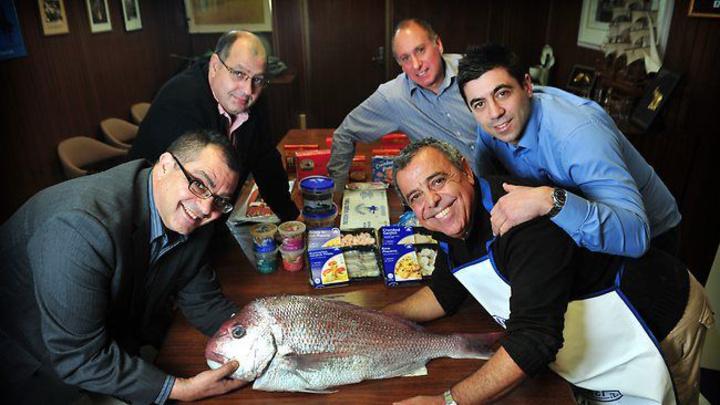 Η οικογένεια πριν την πώληση της επιχείρησης Angelakis Bros