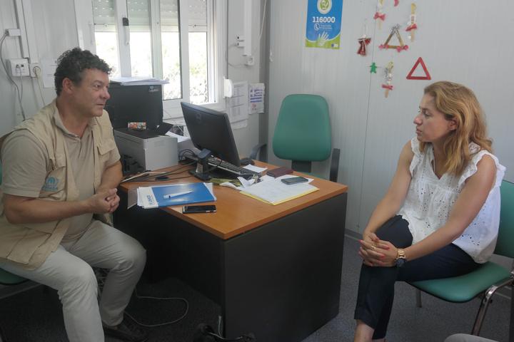 O Philippe Leclerc συνομιλεί με τη Μαρία Κρητικού, διοικήτρια του Κέντρου Υποδοχής και Ταυτοποίησης στο Πυλί της Κω