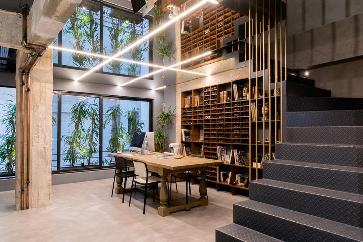 Με το εικονιζόμενο οπτικό κατάστημα,  η ομάδα dARCH studio συμμετέχει σε αρχιτεκτονικό διαγωνισμό