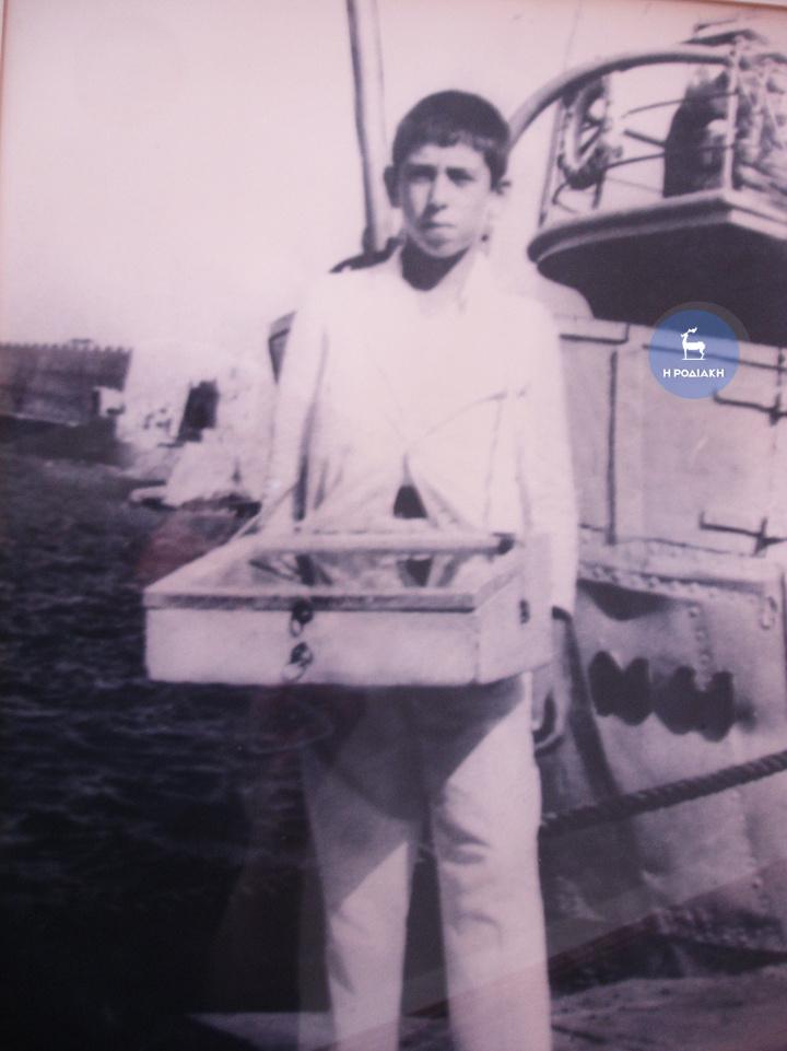 Ο Γιώργος Σπανός, σε ηλικία 10 ετών. Κανείς – εκτός από τον ίδιο ίσως- δεν θα μπορούσε να φανταστεί ότι το παιδί με το κασελάκι που μοίραζε πασατέμπο και γλυκά στα λιμάνια και στους κινηματογράφους, θα γίνονταν μια μέρα πλοιοκτήτης