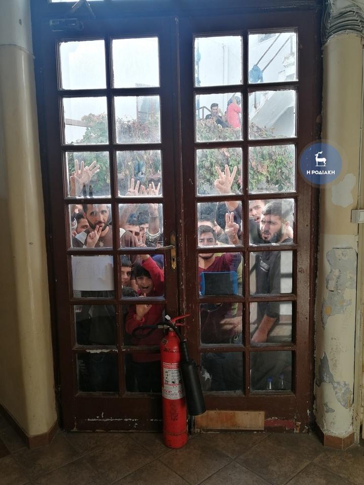 H ΚΑΤΑΣΤΑΣΗ ΕΚΤΟΣ ΕΛΕΓΧΟΥ! Εξέγερση  λαθρομεταναστών έξω από το Λιμεναρχείο Ρόδου....