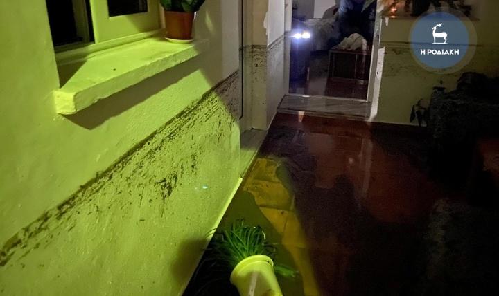 Φωτογραφία ντοκουμέντο από το σπίτι της άτυχης που έχασε τη ζωή της. Στον τοίχο αριστερόα, φαίνεται το ύψος που ανέβηκε το νερό. Η στάθμη του ήταν πολύ πιο ψηλά από το κρεβάτι της.