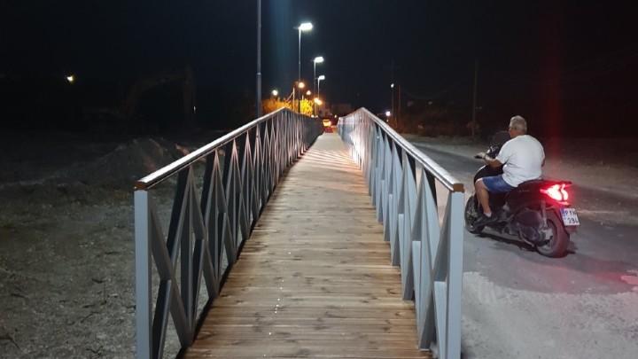 Μεταλλική πεζογέφυρα 70 μέτρων κατασκευάστηκε στον ποταμό «Λουτάνη» στα Κολύμπια!