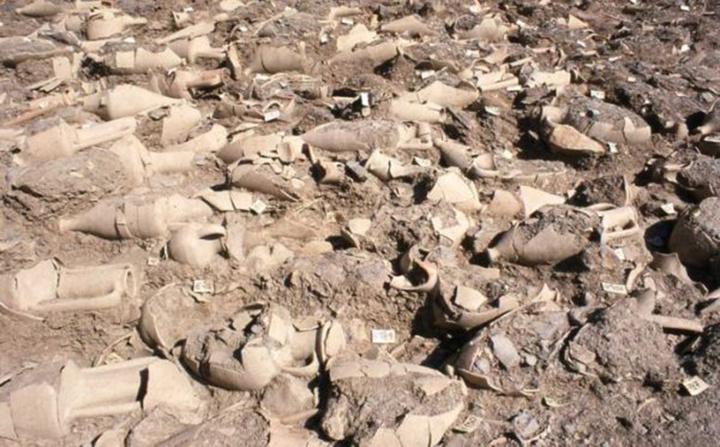 Η μοναδικότητα της περιοχής της Κυλίνδρας έγκειται στο ότι αποτελεί χώρο ταφής αποκλειστικά  για νεογνά και βρέφη, τα περισσότερα από τα οποία πέθαναν κατά τη γέννησή τους Πηγή: Εφορεία Αρχαιοτήτων Δωδεκανήσου