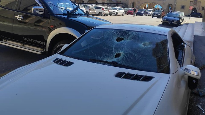 """Αστυνομικός σε κατάσταση """"αμοκ"""" έσπασε το αυτοκίνητο του αστυνομικού διευθυντή στη Ρόδο"""