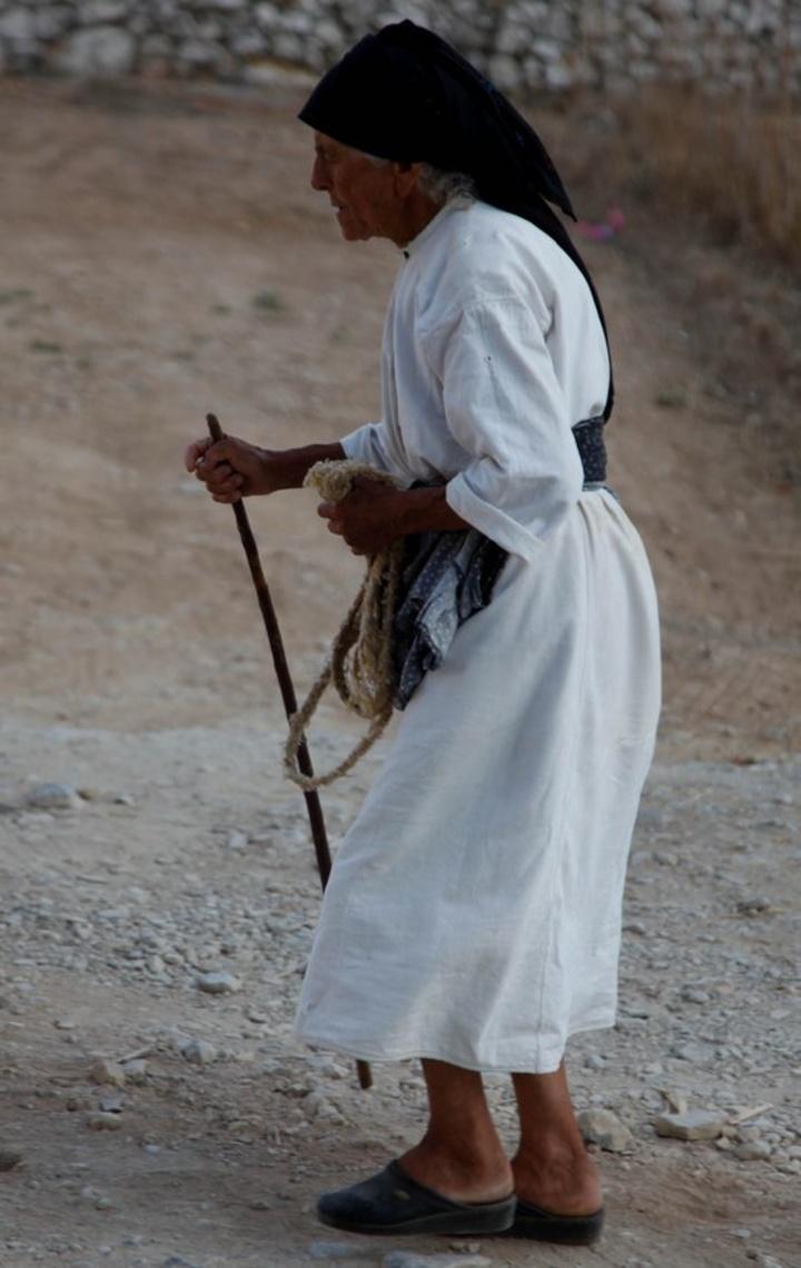 Γυναίκα με παραδοσιακή στολή και μαγκούρα σε στιγμιότυπο απο το χωριό Όλυμπος στην Κάρπαθο                                                (EUROKINISSI / ΧΑΣΙΑΛΗΣ ΒΑΪΟΣ)