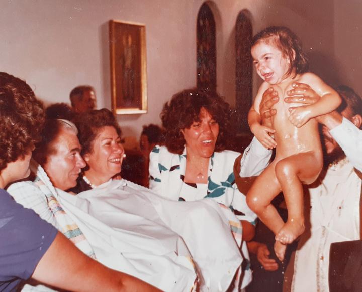 Ενώ το 1981 βαπτίζει την Ειρήνη