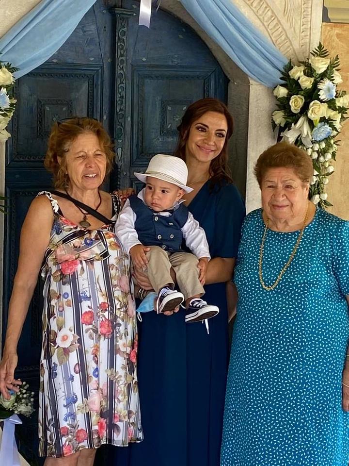 Η νονά με τα τρία βαπτιστικά: τη Σταματία, την κόρη της Ειρήνη και τον μικρό Νικόλα,  την ημέρα της βάπτισής του την προηγούμενη Κυριακή