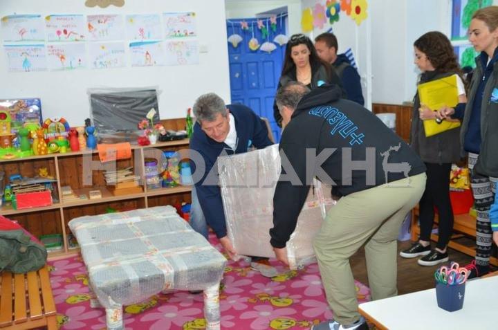 Οι εθελοντές παραδίδουν τον εξοπλισμό στις σχολικές μονάδες του νησιού
