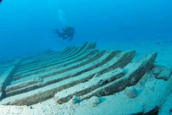 Η εντυπωσιακή φωτογραφία του αρχαίου ξύλινου ναυαγίου  που βρίσκεται στον βυθό του λιμανιού της Ρόδου