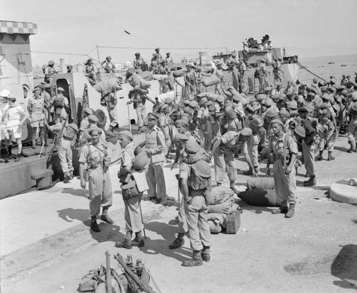 Οι συμμαχικές δυνάμεις και οι ιερολοχίτες  αποβιβάζονται στο λιμάνι της Ρόδου